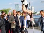 fliegender-sektempfang-show-luftakrobatik-00