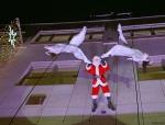 abseilender Weihnachtsmann mit tanzenden Engeln beim Vertical Dance