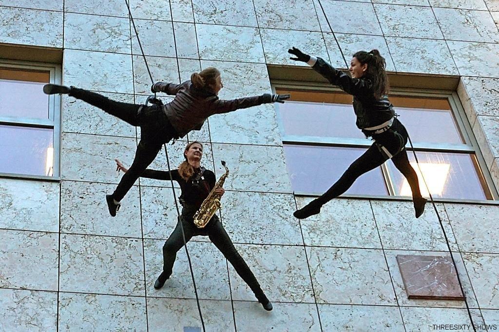 vertical Saxophon abseilend
