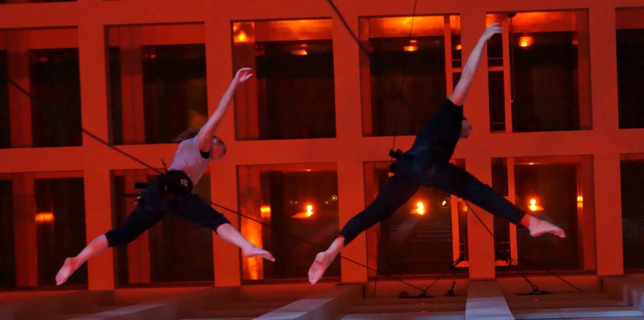 Vertical Dance und anmutige Luftakrobatik-Shows